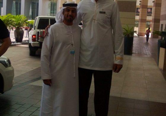 محمد القبيسي مع احد العاملين في فندق انتر كونتيننتال دبي ما شاء الله عليه شكله اطول شخص في دبي